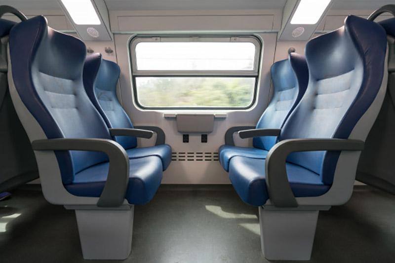 cuatro-asientos-azules-vacios-frente-al-otro-moderno-tren-europeo_43552-12